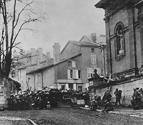 Taken at 10:58 a.m., on Nov. 11, 1918, just before the Armistice went into effect; men of the 353rd Infantry, near a church, at Stenay, Meuse, wait for the end of hostilities. Photo: from Wikipedia